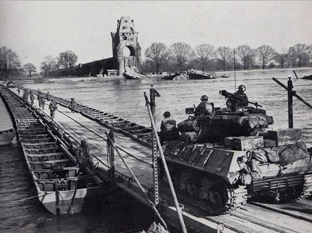 US_Army_crossing_the_Rhine_on_heavy_ponton_bridge_at_Worms,_March,_1945